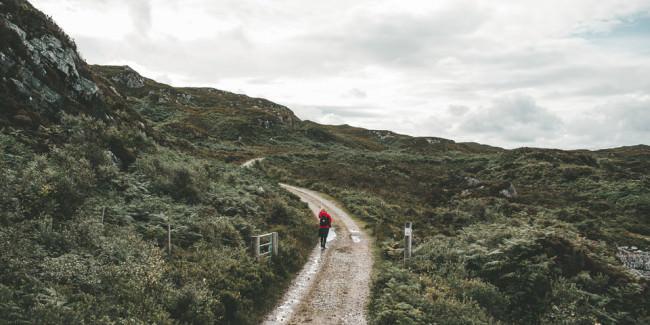 Ein Wanderer auf einem kleinen Pfad