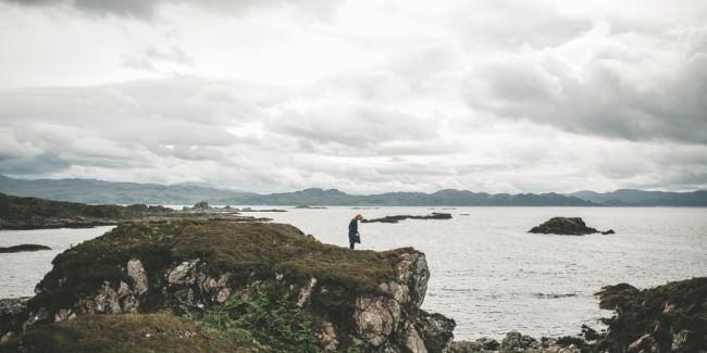 Eine Frau auf einem Felsen am Meer