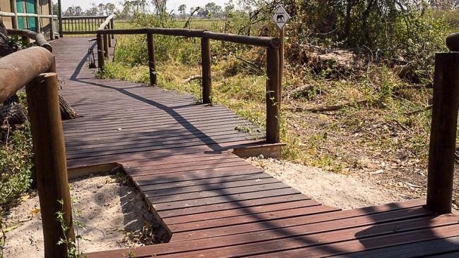 Holzweg durch die Savanne mit seitlichen Verengungen.