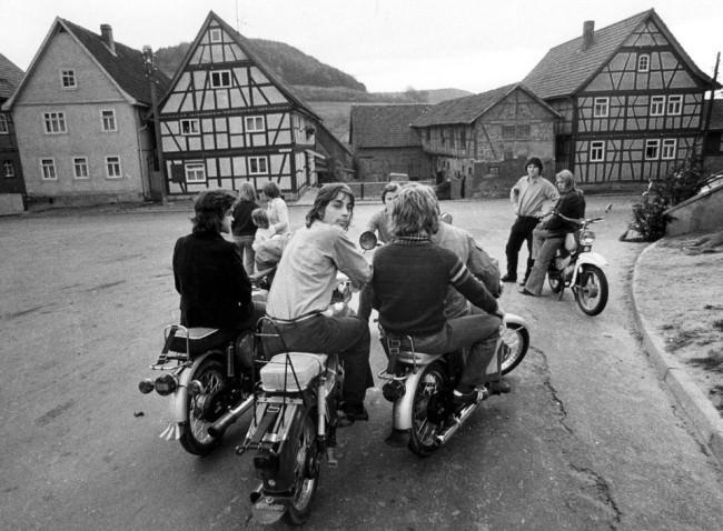Junge Leute auf Mofas und Motorrädern