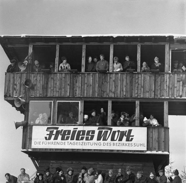 """Menschen in einem Aussichtsturm, auf dem """"Freies Wort"""" steht."""