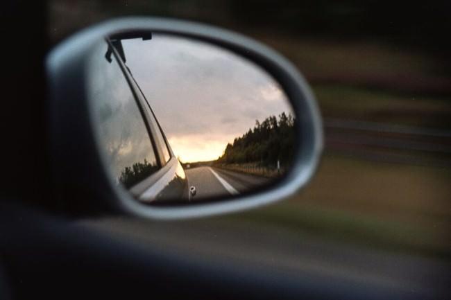 Eine Landschaft im Rückspiegel