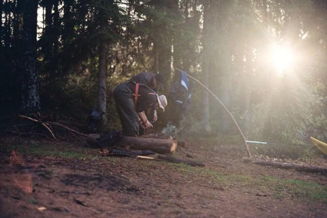 Zwei Männer sägen Holz