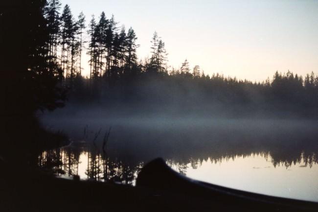 Eine Flusslandschaft im Dämmerlicht.