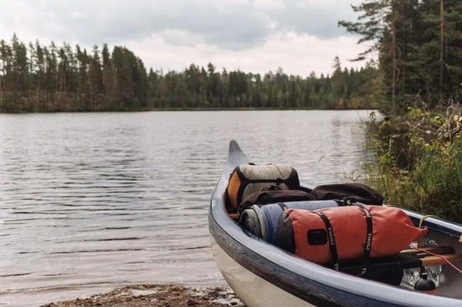 Ein Kanu mit Gepäck am Ufer.
