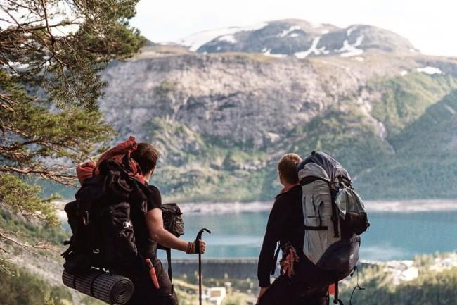 Zwei Wanderer vor einer Landschaft