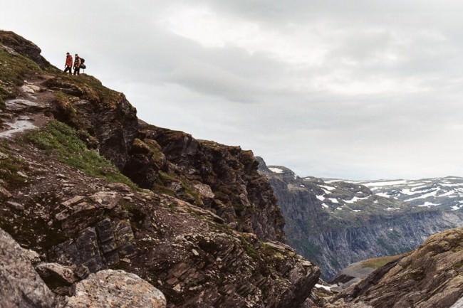 Zwei Wanderer auf einem Berg