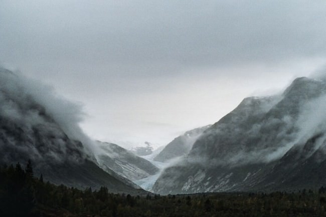 Eine Berglandschaft im Nebel.