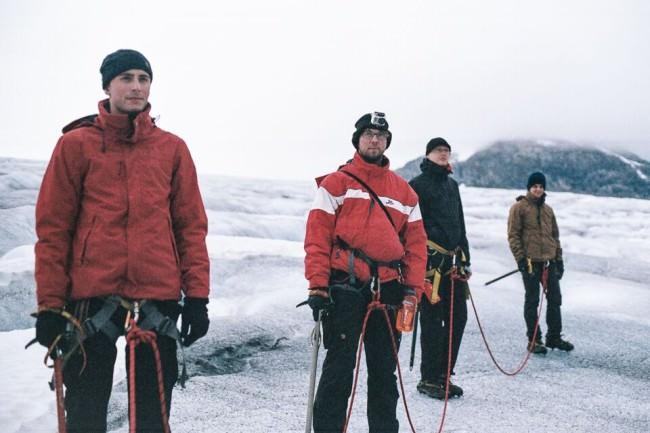Vier Menschen auf einem Gletscher