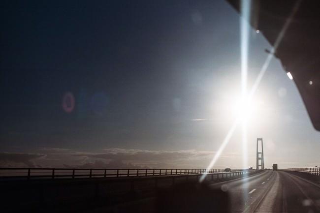 Sonne über einer Brücke