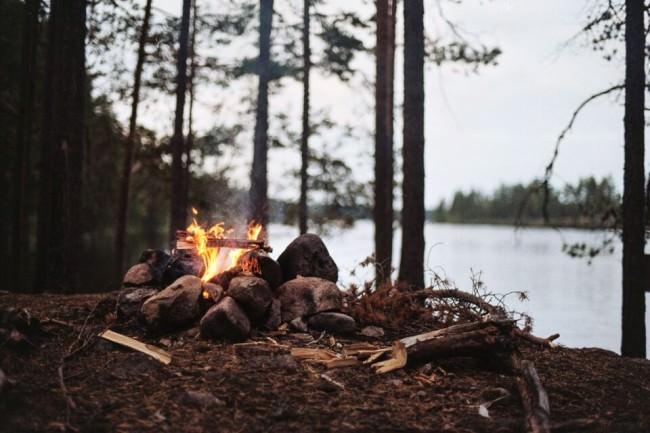 Ein Lagerfeuer im Wald.