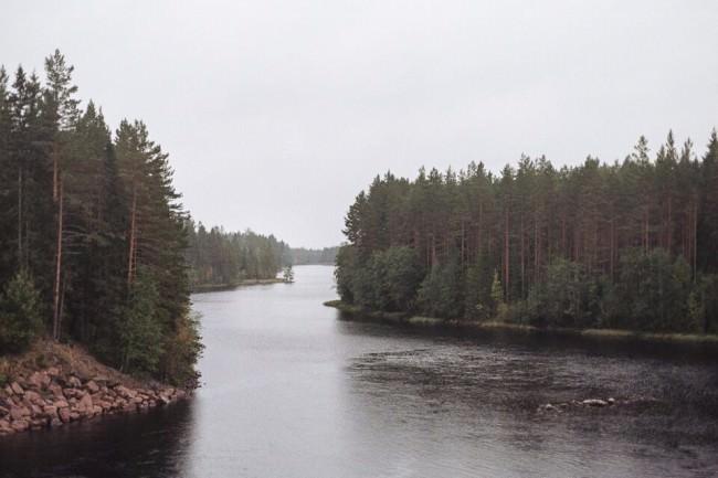 Eine Flusslandschaft bei Regen