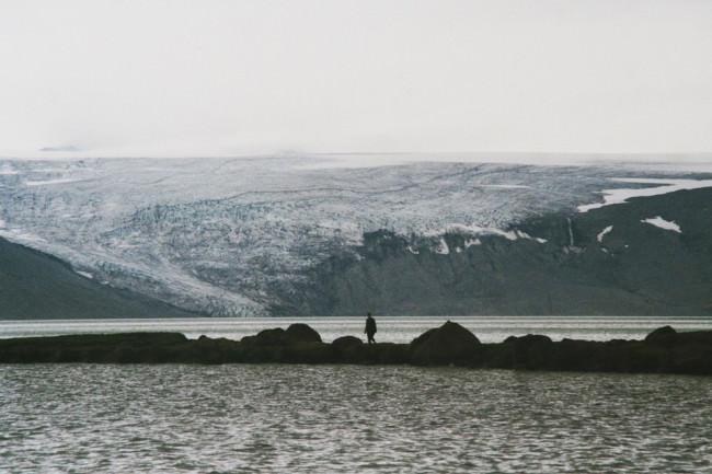 Eine Person auf einem Steg im Meer.