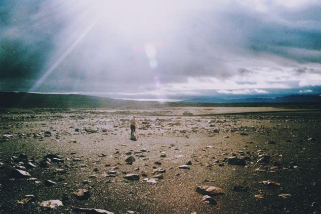 Eine karge Landschaft mit Lensflares.
