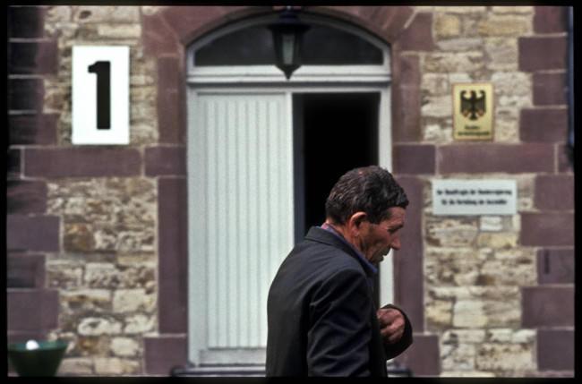 Ein Mann geht an einem Eingang vorbei.