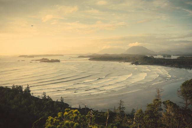 Wellen rollen in einer Bucht an den Strand.