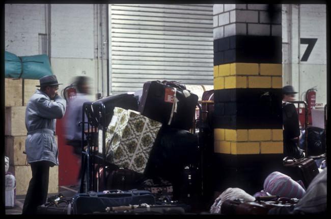 Ein Mann mit Koffern
