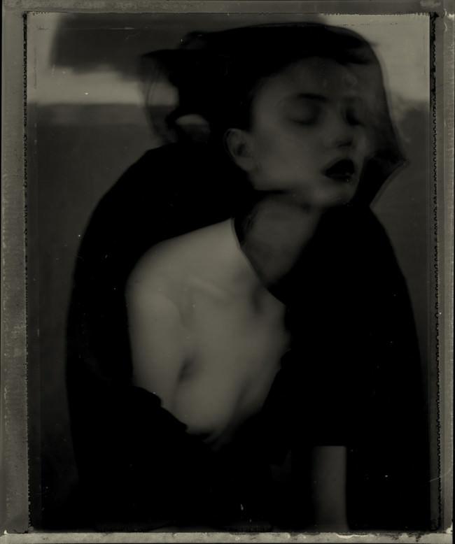 Eine Frau schließt die Augen und träumt.