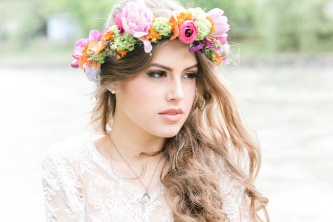 Eine Braut mit Blumenkranz im Haar
