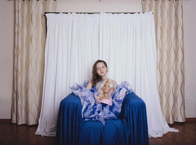 Maedchen im blauen Kleid
