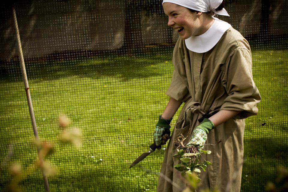 Schwester Lauren beim Unkraut jäten.