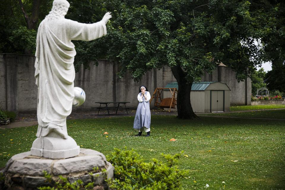 Schwester Lauren erschrickt, weil ein Fußball aus Versehen die Jesus-Statue getroffen hat.