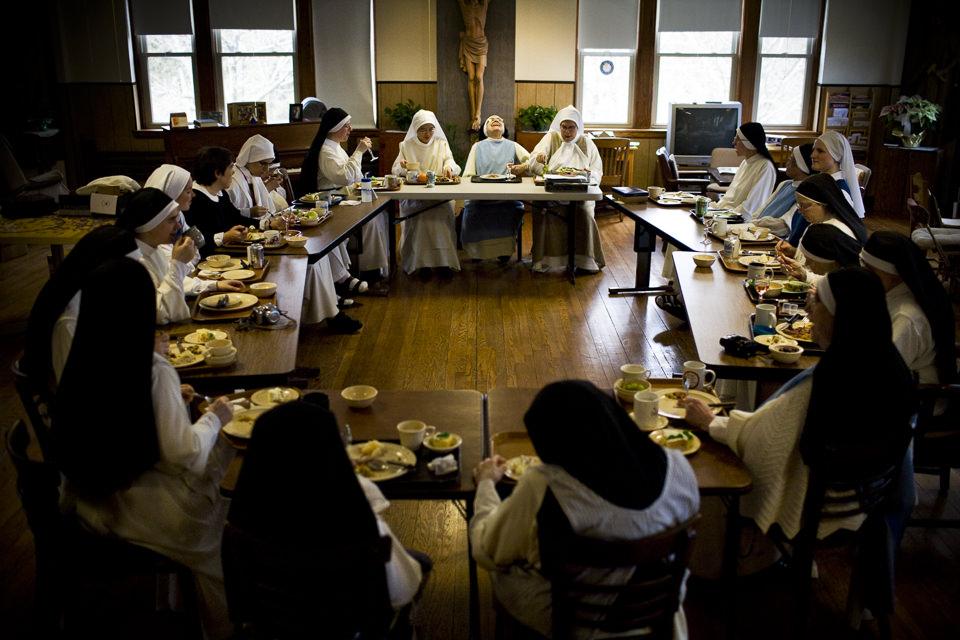 Die Nonnen der Klostergemeinschaft zu Tisch.