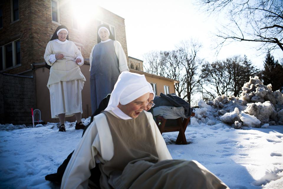 Die Nonnen haben Spaß im Schnee.