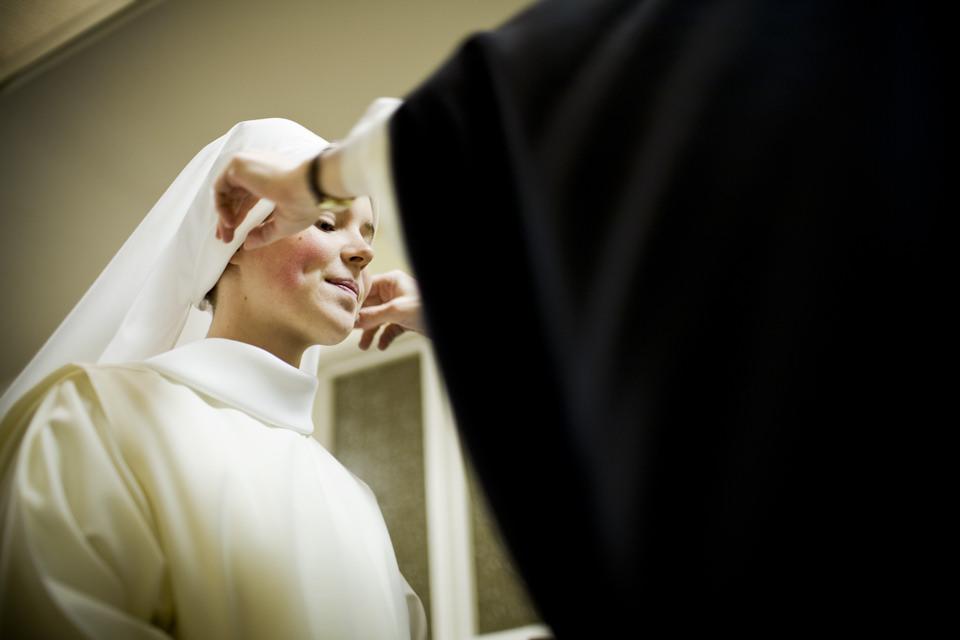 Schwester Lauren bekommt die weiße Haube.