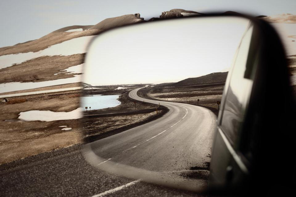 Blick in den Rückspiegel aus dem Fahrersitz.