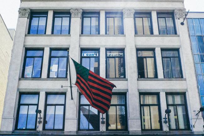 Eine Flagge hängt vor einem Gebäude