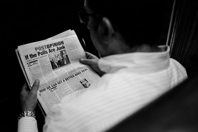 Ein Mann liest Zeitung
