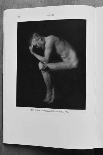 Ein nackter Mann in der Pose des Denkers