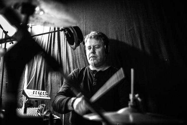 Ein Schlagzeuger spielt