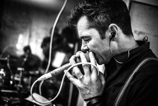 Ein Musiker singt in ein Mikrofon