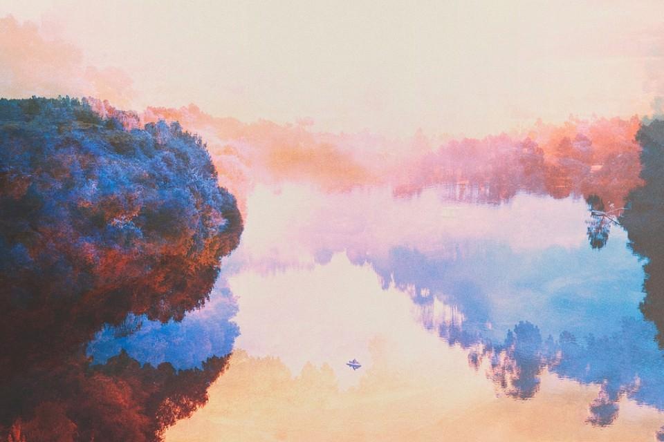 Doppelbelichtung einer Seelandschaft in Blau und Rosa.