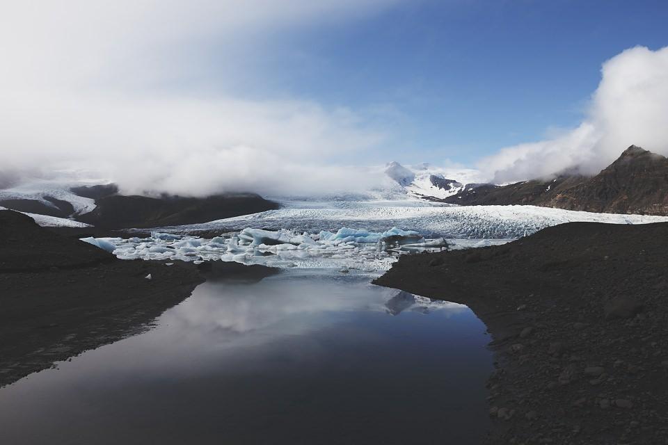 Berglandschaft mit Eis, See und tiefen Wolken.