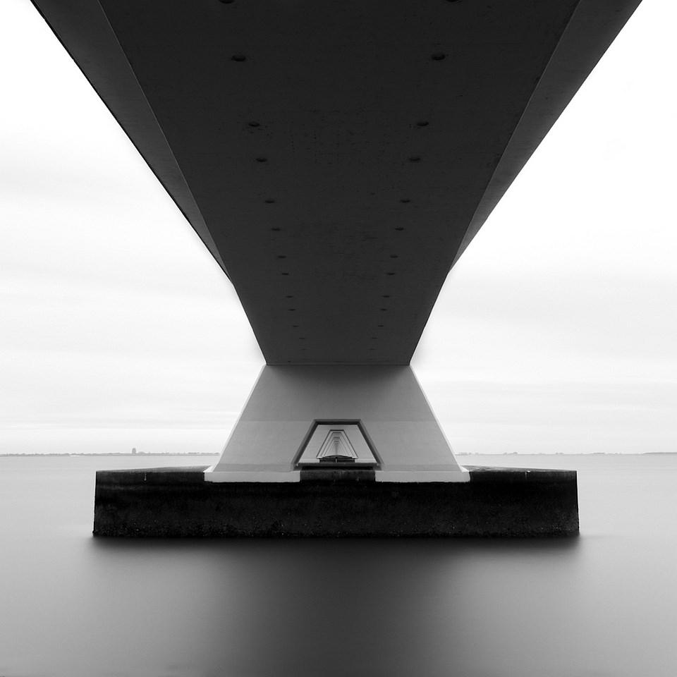 Langzeitbelichtung mit Brückenpfeiler, symmetrisch und schwarzweiß.