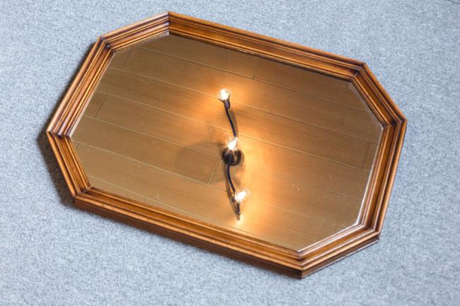 Ein Spiegel in dem sich etwas spiegelt.