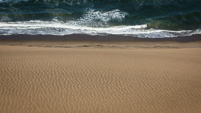 Wüste an einer Meeresküste.