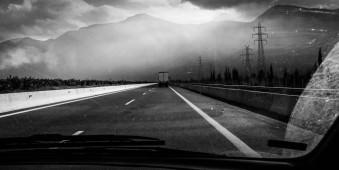 Lichtstrahlen durchbrechen Wolken am Ende der Autobahn
