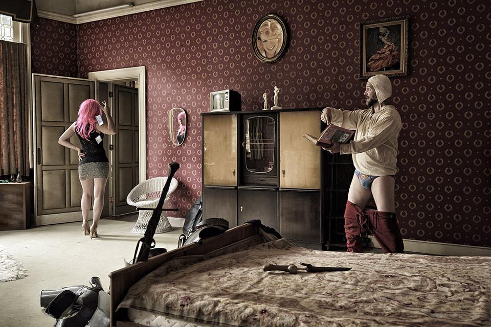 Ein Mann in Unterhosen und eine Frau im Schlafzimmer