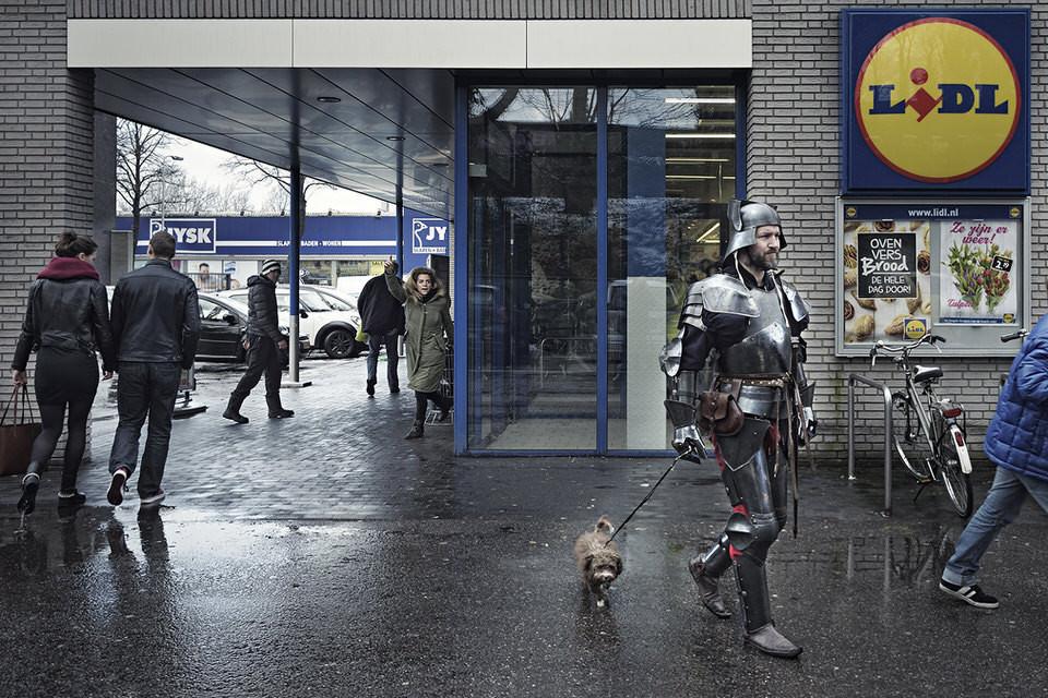 Ein Ritter geht mit einem Hund Gassi