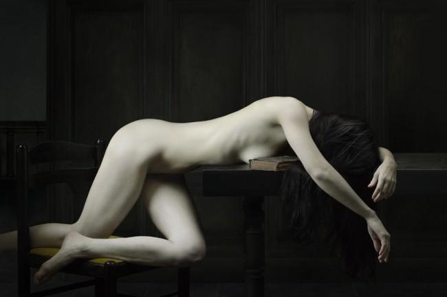 Eine nackte Frau auf einem Tisch