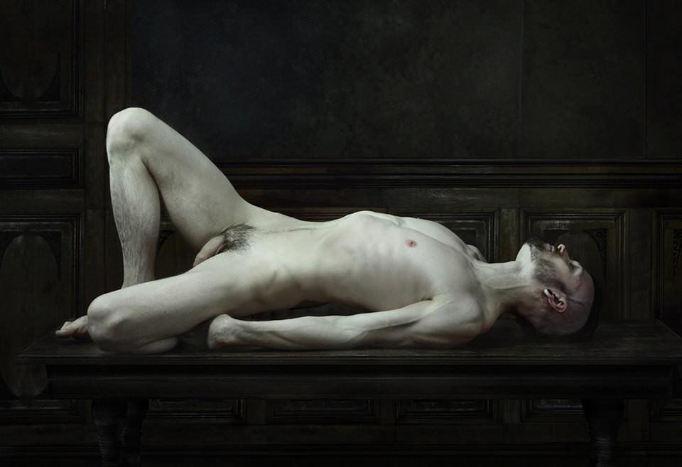 Ein nackter Mann auf einem Tisch