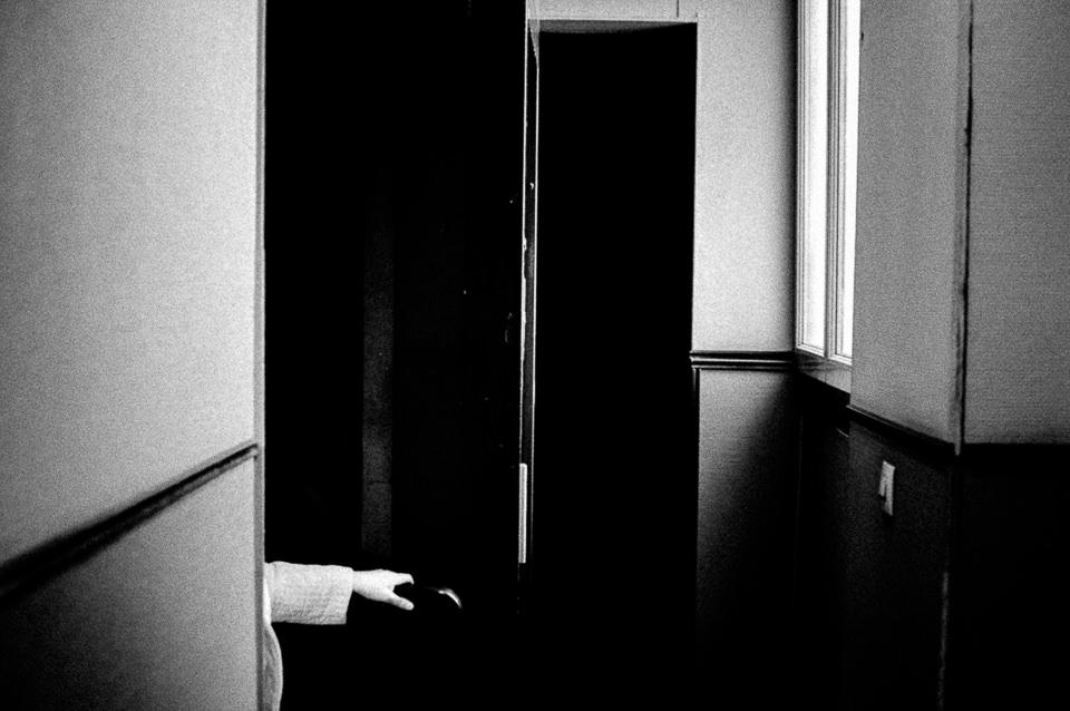 Ein Gang, eine Hand, eine offene Tür.