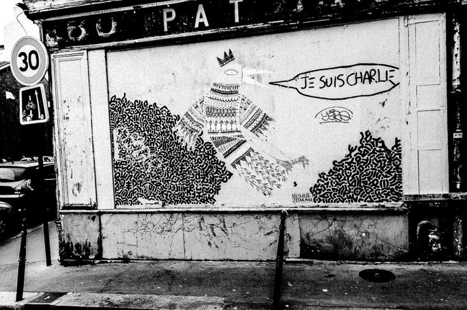Ein Wandbild mit Vogel und Krone.