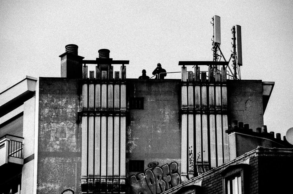 Scharfschützen auf dem Dach in Paris.