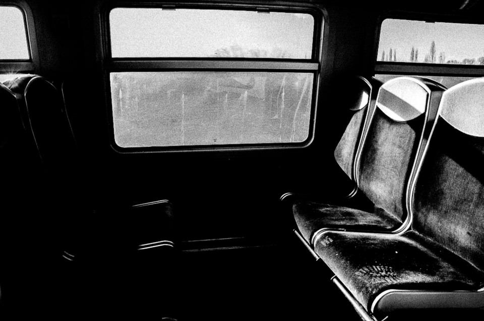 ein leeres Zugabteil