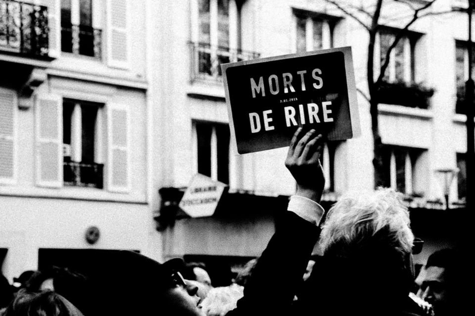 Ein Mann hält ein Schild hoch.